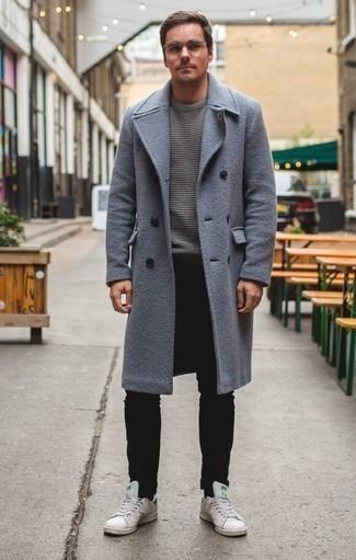 Trend da uomo 2020 quando fa gelo: Coniuga un soprabito azzurro con jeans neri se cerchi uno stile ordinato e alla moda. Non vuoi calcare troppo la mano con le scarpe? Calza un paio di sneakers basse in pelle bianche per la giornata.