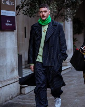 Come indossare e abbinare un maglione girocollo verde: Scegli un outfit composto da un maglione girocollo verde e pantaloni cargo blu scuro per un fantastico look da sfoggiare nel weekend. Per distinguerti dagli altri, scegli un paio di scarpe sportive bianche come calzature.