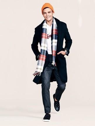 Come indossare: soprabito nero, maglione girocollo stampato bianco, pantaloni eleganti di lana grigio scuro, sneakers senza lacci in pelle nere