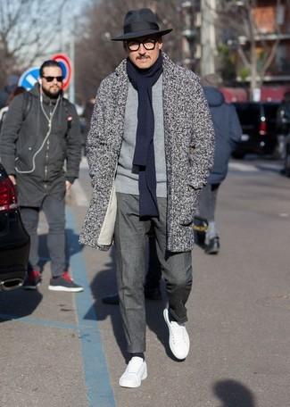 Come indossare e abbinare: soprabito a spina di pesce grigio, maglione girocollo grigio, pantaloni eleganti grigio scuro, sneakers basse in pelle bianche