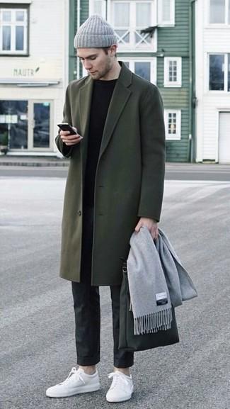 Come indossare e abbinare: soprabito verde oliva, maglione girocollo nero, pantaloni eleganti neri, sneakers basse in pelle bianche