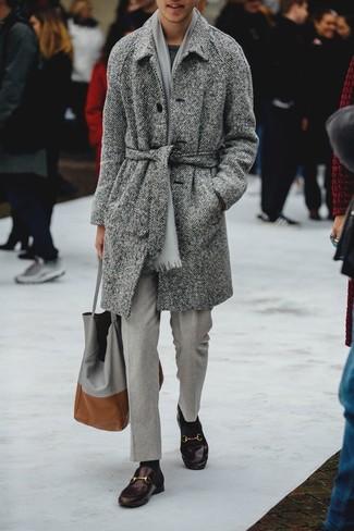 Come indossare e abbinare un maglione girocollo grigio scuro: Punta su un maglione girocollo grigio scuro e pantaloni eleganti grigi come un vero gentiluomo. Completa questo look con un paio di mocassini eleganti in pelle marrone scuro.