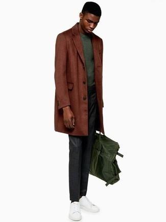 Trend da uomo 2020 quando fa gelo: Metti un soprabito terracotta e pantaloni eleganti a righe verticali grigio scuro come un vero gentiluomo. Scegli un paio di sneakers basse in pelle bianche per avere un aspetto più rilassato.