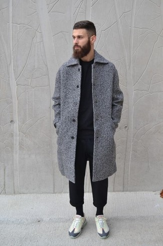 Come indossare e abbinare: soprabito grigio, maglione girocollo nero, pantaloni sportivi neri, sneakers basse beige