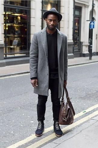 Come indossare e abbinare: soprabito grigio, maglione girocollo nero, t-shirt girocollo nera, jeans neri