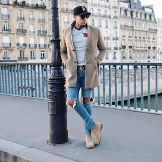 Come indossare e abbinare: soprabito beige, maglione girocollo stampato grigio, t-shirt girocollo nera, jeans strappati blu