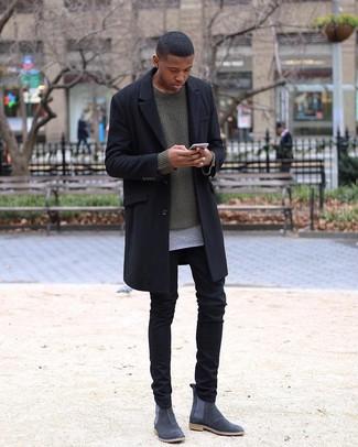 Trend da uomo 2020: Prova a combinare un soprabito nero con chino neri per creare un look smart casual. Lascia uscire il Riccardo Scamarcio che è in te e opta per un paio di stivali chelsea in pelle scamosciata grigio scuro per dare un tocco di classe al tuo look.