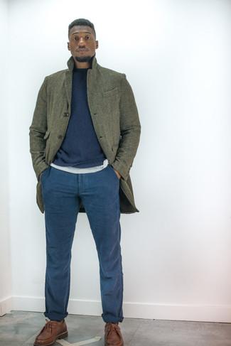 Come indossare e abbinare scarpe derby in pelle marroni: Mostra il tuo stile in un soprabito verde oliva con chino blu scuro se preferisci uno stile ordinato e alla moda. Scegli uno stile classico per le calzature e opta per un paio di scarpe derby in pelle marroni.
