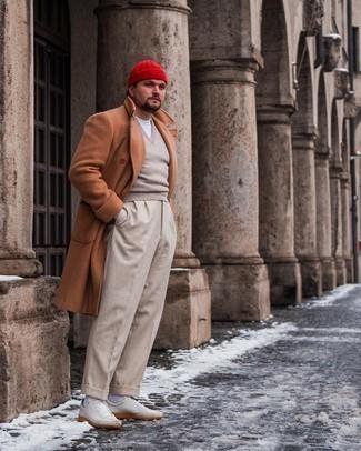 Trend da uomo 2021: Combina un soprabito terracotta con pantaloni eleganti beige per un look elegante e di classe. Indossa un paio di sneakers basse in pelle bianche per un tocco più rilassato.