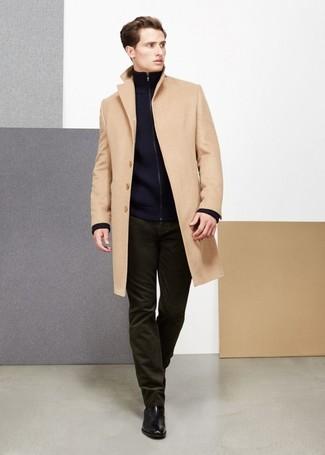 Come indossare e abbinare: soprabito marrone chiaro, cardigan con zip blu scuro, jeans di velluto a coste verde oliva, stivali chelsea in pelle neri
