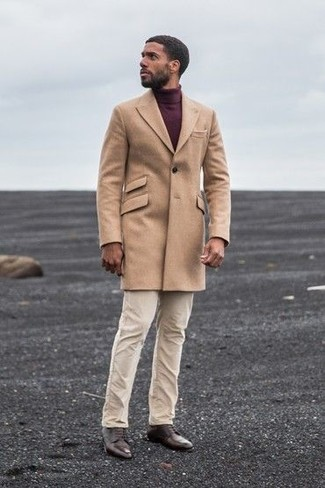 Come indossare: soprabito marrone chiaro, dolcevita bordeaux, chino beige, scarpe derby in pelle marrone scuro