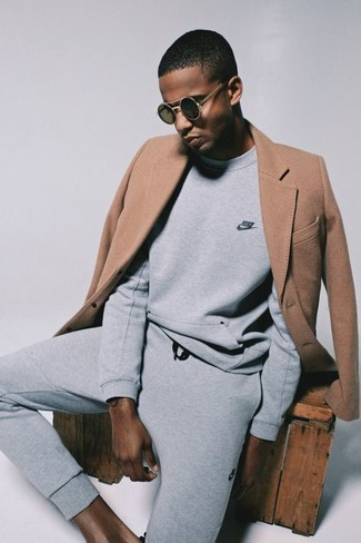Come indossare e abbinare: soprabito marrone chiaro, felpa grigia, pantaloni sportivi grigi, occhiali da sole neri