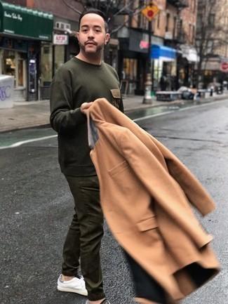 Trend da uomo: Potresti indossare un soprabito marrone chiaro e chino verde oliva se cerchi uno stile ordinato e alla moda. Perché non aggiungere un paio di sneakers basse in pelle bianche per un tocco più rilassato?
