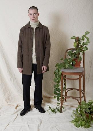 Come indossare e abbinare: soprabito a quadretti marrone, dolcevita lavorato a maglia beige, pantaloni eleganti di lana neri, mocassini con nappine in pelle neri