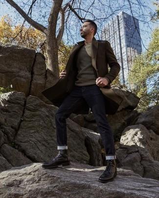 Come indossare e abbinare stivali casual in pelle neri: Prova a combinare un soprabito marrone con jeans blu scuro per creare un look smart casual. Questo outfit si abbina perfettamente a un paio di stivali casual in pelle neri.