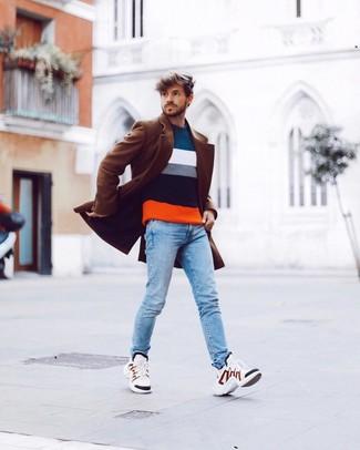 Come indossare e abbinare: soprabito marrone, maglione girocollo a righe orizzontali multicolore, jeans aderenti azzurri, scarpe sportive bianche