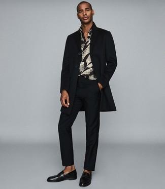 Come indossare e abbinare: soprabito nero, camicia a maniche lunghe stampata nera, pantaloni eleganti neri, mocassini eleganti in pelle neri