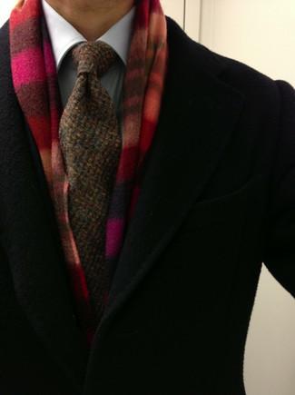 Come indossare e abbinare: soprabito nero, camicia elegante bianca, cravatta lavorata a maglia marrone, sciarpa scozzese rossa