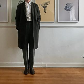 Come indossare e abbinare stivali chelsea in pelle marrone scuro: Combina un soprabito nero con pantaloni eleganti grigio scuro per un look elegante e alla moda. Per distinguerti dagli altri, indossa un paio di stivali chelsea in pelle marrone scuro.