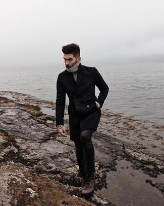 Come indossare e abbinare stivali casual in pelle marrone scuro: Indossa un soprabito nero e jeans aderenti neri per un look semplice, da indossare ogni giorno. Stivali casual in pelle marrone scuro sono una gradevolissima scelta per completare il look.