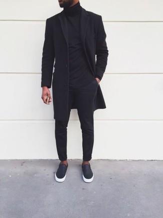 Come indossare: soprabito nero, dolcevita nero, chino neri, sneakers senza lacci in pelle nere
