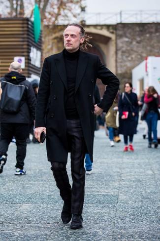 Come indossare e abbinare: soprabito nero, dolcevita nero, pantaloni eleganti scozzesi neri, stivali chelsea in pelle scamosciata neri