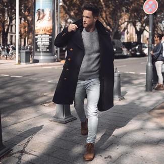 Come indossare e abbinare: soprabito nero, maglione girocollo grigio, jeans aderenti azzurri, stivali casual in pelle scamosciata marroni