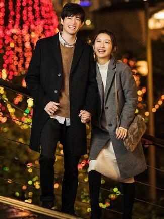 Come indossare e abbinare: soprabito nero, maglione girocollo marrone, camicia a maniche lunghe grigia, chino neri