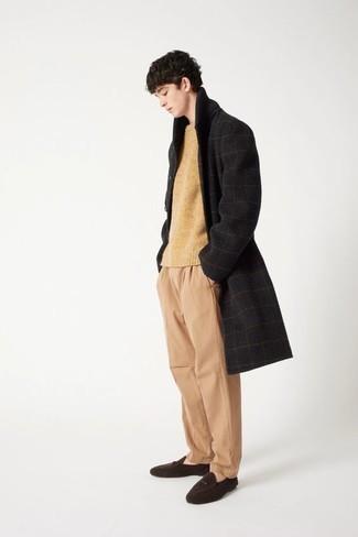 Look alla moda per uomo: Soprabito a quadri nero, Maglione girocollo marrone chiaro, Chino marrone chiaro, Mocassini eleganti in pelle scamosciata marrone scuro