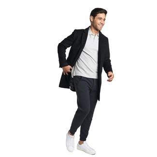 Come indossare e abbinare: soprabito nero, polo grigio, pantaloni sportivi neri, sneakers basse in pelle bianche
