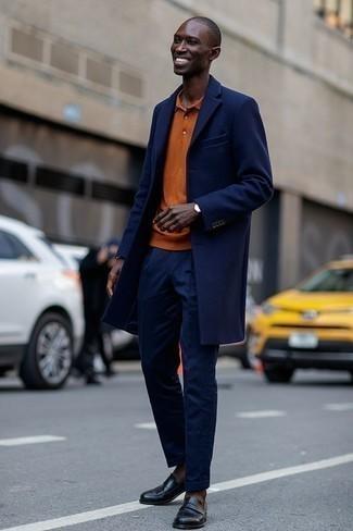 Come indossare e abbinare mocassini con nappine in pelle neri: Indossa un soprabito blu scuro e pantaloni eleganti blu scuro per un look elegante e di classe. Per un look più rilassato, scegli un paio di mocassini con nappine in pelle neri.