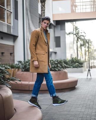 Come indossare e abbinare sneakers alte in pelle scamosciata verde oliva: Indossa un soprabito marrone chiaro e jeans blu per un look elegante ma non troppo appariscente. Per un look più rilassato, opta per un paio di sneakers alte in pelle scamosciata verde oliva.