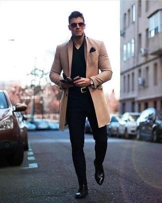 Come indossare e abbinare guanti in pelle neri: Prova a combinare un soprabito marrone chiaro con guanti in pelle neri per un look perfetto per il weekend. Sfodera il gusto per le calzature di lusso e calza un paio di scarpe derby in pelle nere.
