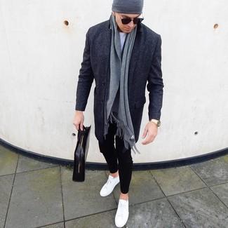 Come indossare e abbinare: soprabito grigio scuro, t-shirt girocollo bianca, chino neri, sneakers basse in pelle bianche