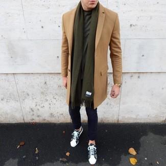 Come indossare e abbinare: soprabito marrone chiaro, t-shirt girocollo verde scuro, chino blu scuro, sneakers basse mimetiche verde oliva