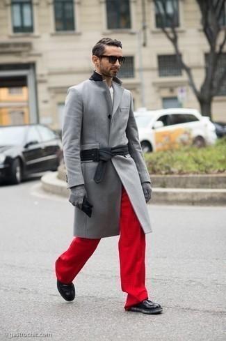 Come indossare e abbinare stivali casual in pelle neri: Vestiti con un soprabito grigio e chino rossi per creare un look smart casual. Questo outfit si abbina perfettamente a un paio di stivali casual in pelle neri.