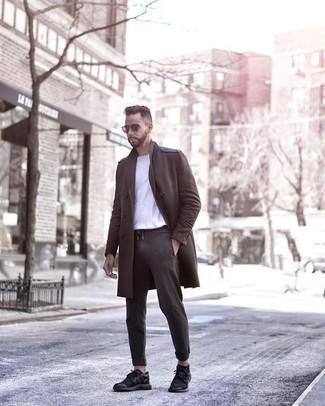 Come indossare e abbinare un soprabito marrone scuro: Prova ad abbinare un soprabito marrone scuro con chino grigio scuro se cerchi uno stile ordinato e alla moda. Per distinguerti dagli altri, prova con un paio di scarpe sportive nere.