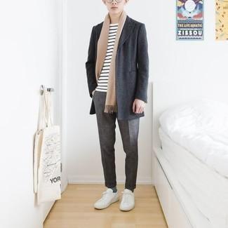 Moda ragazzo adolescente: Scegli un soprabito grigio scuro e chino grigi se cerchi uno stile ordinato e alla moda. Per distinguerti dagli altri, indossa un paio di sneakers basse di tela bianche.