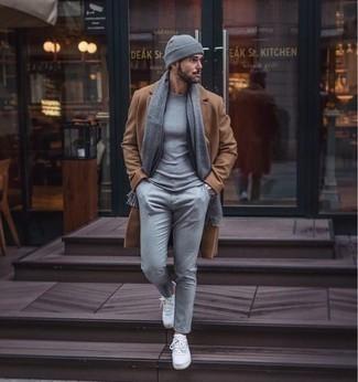 Come indossare e abbinare una t-shirt girocollo grigia: Potresti combinare una t-shirt girocollo grigia con chino grigi per vestirti casual. Sneakers basse di tela bianche sono una validissima scelta per completare il look.