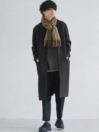 Moda ragazzo adolescente: Indossa un soprabito nero con chino neri per un abbigliamento elegante ma casual. Mettiti un paio di scarpe sportive nere per avere un aspetto più rilassato.