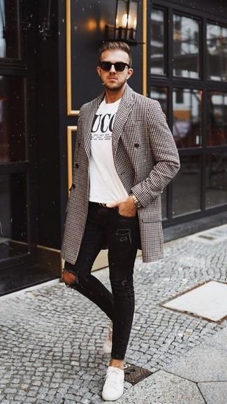 Come indossare e abbinare: soprabito con motivo pied de poule marrone, t-shirt girocollo stampata bianca e nera, jeans aderenti strappati neri, sneakers basse in pelle bianche