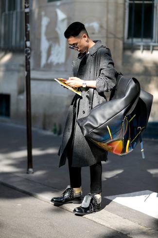 Come indossare e abbinare: soprabito scozzese grigio scuro, t-shirt girocollo bianca, jeans aderenti neri, stivali casual in pelle neri