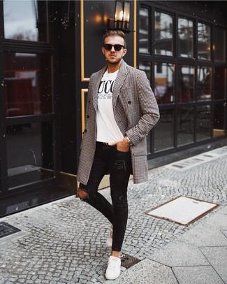 Come indossare e abbinare: soprabito a quadretti nero e bianco, t-shirt girocollo stampata bianca e nera, jeans aderenti strappati neri, sneakers basse in pelle bianche
