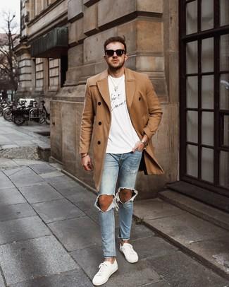Come indossare e abbinare: soprabito marrone chiaro, t-shirt girocollo stampata bianca e nera, jeans aderenti strappati azzurri, sneakers basse in pelle bianche