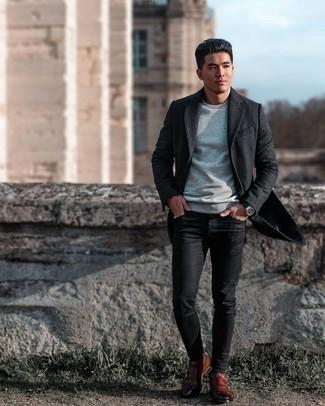 Trend da uomo 2020: Indossa un soprabito grigio scuro e jeans aderenti neri per un look raffinato per il tempo libero. Calza un paio di scarpe double monk in pelle marroni per mettere in mostra il tuo gusto per le scarpe di alta moda.