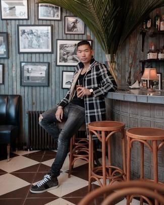 Come indossare e abbinare jeans aderenti strappati grigio scuro: Per un outfit della massima comodità, abbina un soprabito scozzese nero e bianco con jeans aderenti strappati grigio scuro. Un paio di sneakers alte in pelle scamosciata marrone scuro si abbina alla perfezione a una grande varietà di outfit.