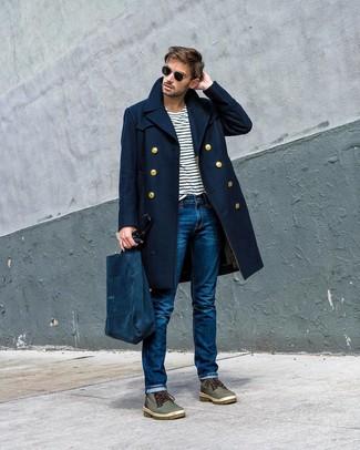 Come indossare e abbinare: soprabito blu scuro, t-shirt girocollo a righe orizzontali bianca e blu scuro, jeans blu, stivali casual in pelle verde oliva