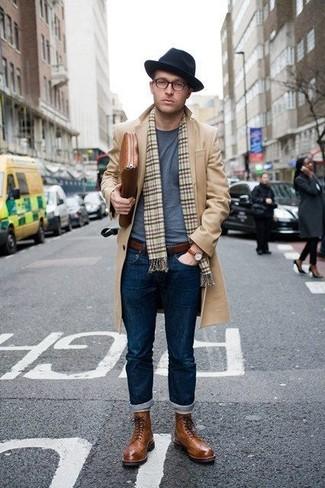 Come indossare e abbinare: soprabito marrone chiaro, t-shirt girocollo grigia, jeans blu scuro, stivaletti brogue in pelle marroni