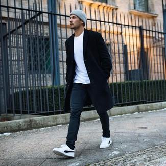 Come indossare e abbinare: soprabito nero, t-shirt girocollo bianca, jeans neri, sneakers basse bianche e nere