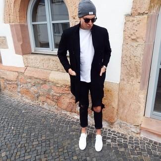 Come indossare e abbinare: soprabito nero, t-shirt girocollo bianca, jeans strappati neri, sneakers basse bianche